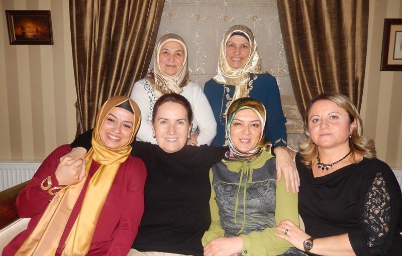Ayaktakiler; Nursel Okyar, Gül Arslan Oturanlar: Elvan Mut, Dr. Meral Akşener, Emine Uzunhasanoğlu, Ayşe Çapçı